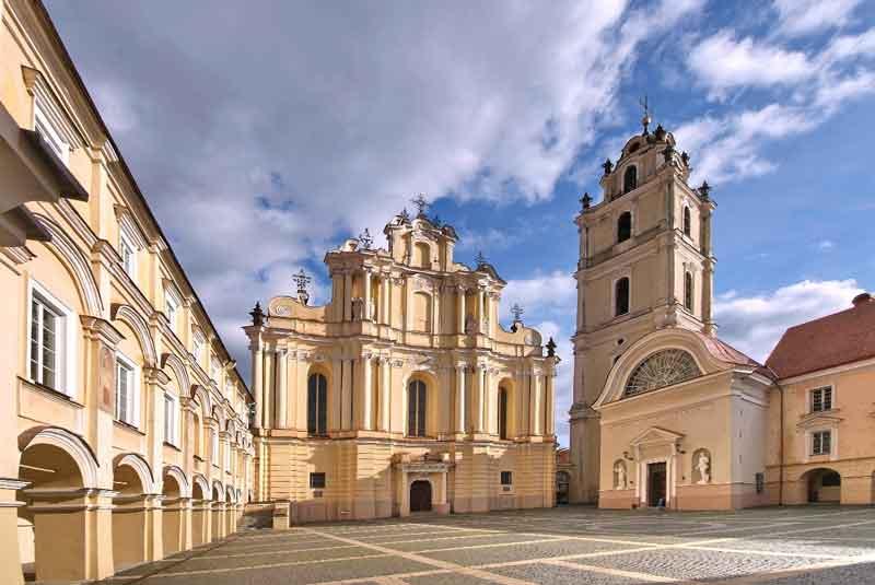 אחת מבין 13 חצרות האוניברסיטה וכנסיית יוחנן הקדוש